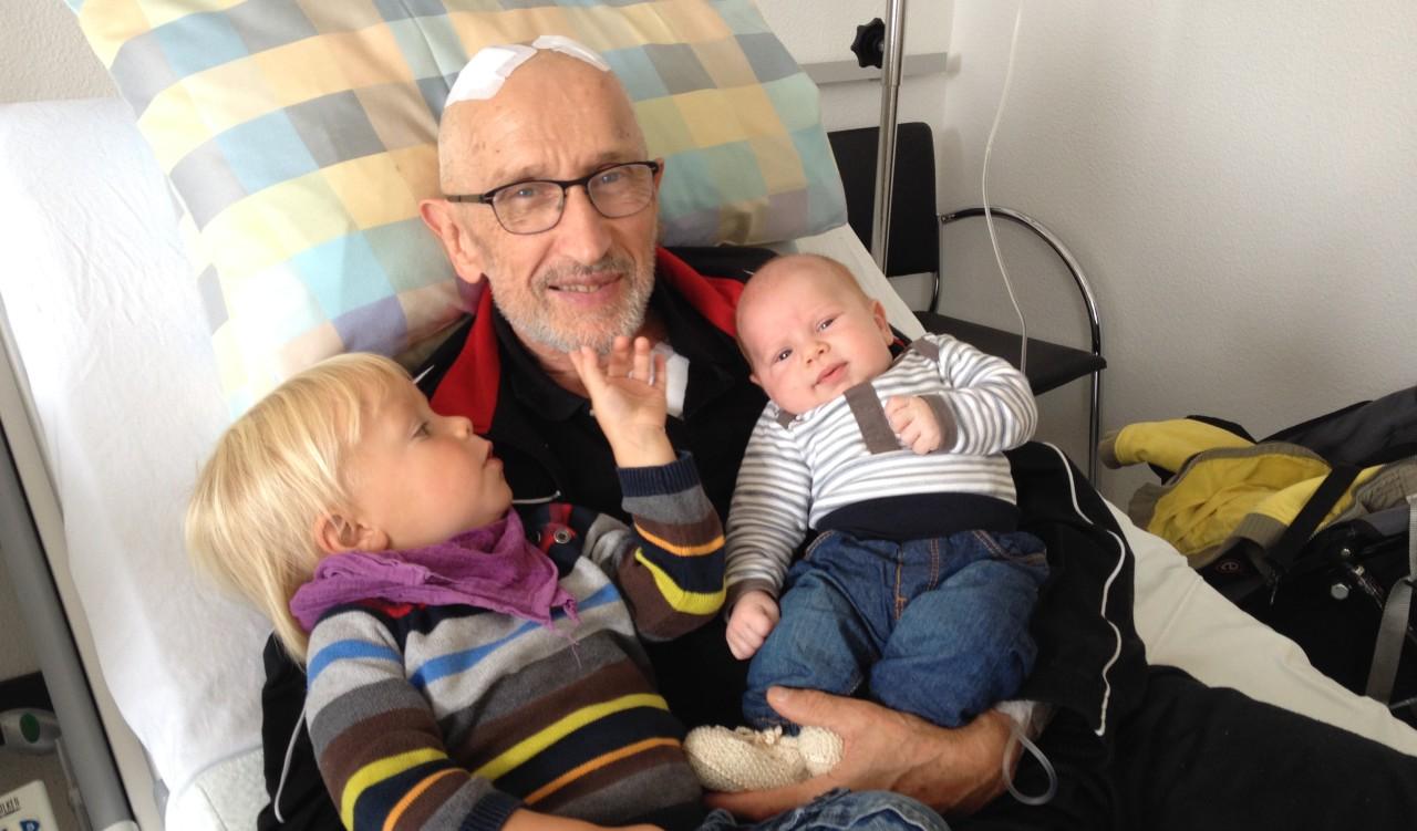 Willy Seelaus mit seinen beiden Enkelkindern nach der OP Tiefenhirnstimulation im Universitätsspital Zürich.