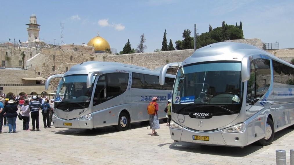Unsere Reisebusse vor der Klagemauer