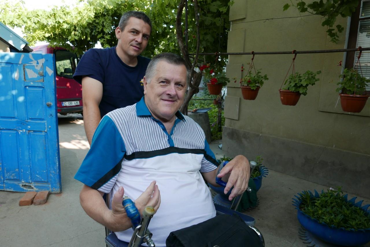 Bruder Dima im Rollstuhl
