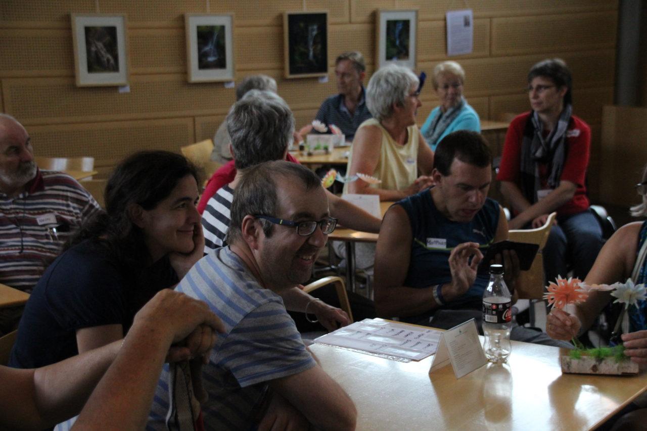 Gemeinschaft in Inerlaken am Tisch.