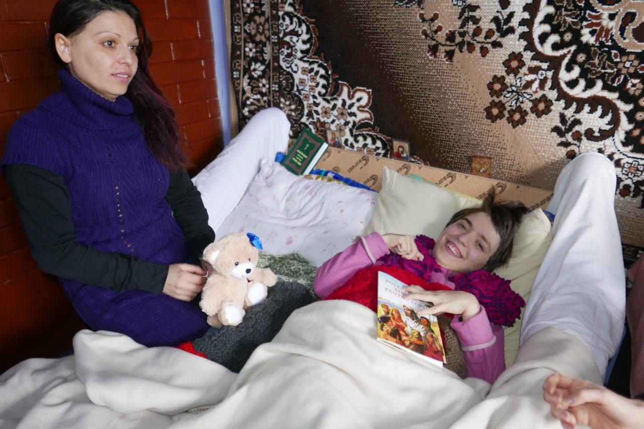 Natalia müsste täglich mindestens eine Stunde an die frische Luft mit ihrem Rollstuhl.