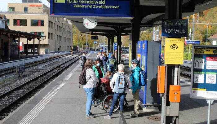 Warten auf den Zug in Interlaken