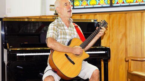 Gerd Bingemann spielt Gitarre