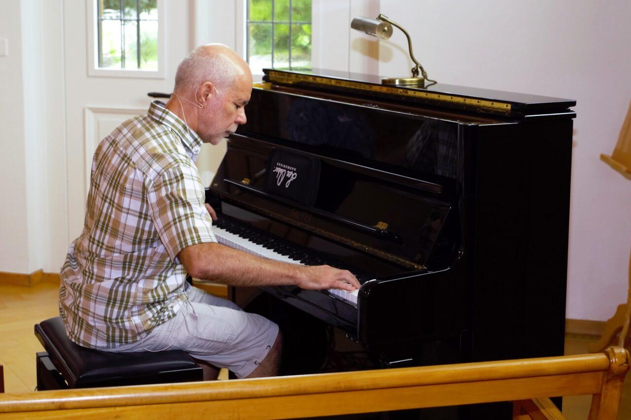 Gerd Bingemann spielt Klavier
