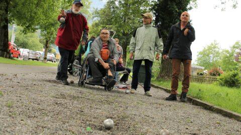 Vier Teilnehmer der letzten Ferienwoche spielte zusammen Pétanque.