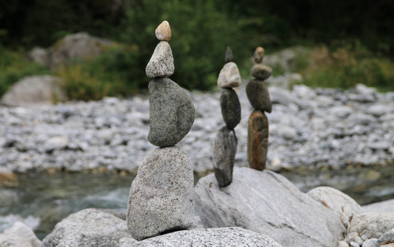 Ausbalancierte Steine in der Maggia